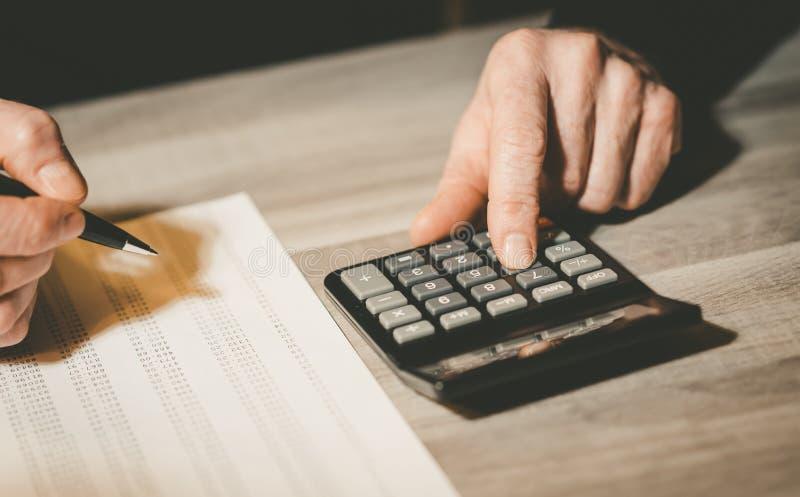 Mão masculina usando uma calculadora fotografia de stock royalty free