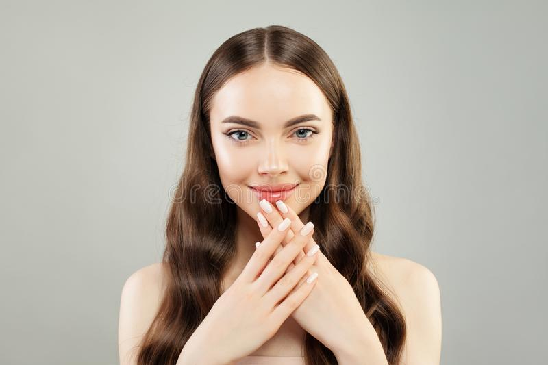 Mão modelo bonita da exibição da mulher com pregos manicured Skincare e conceito do tratamento de mãos fotografia de stock royalty free