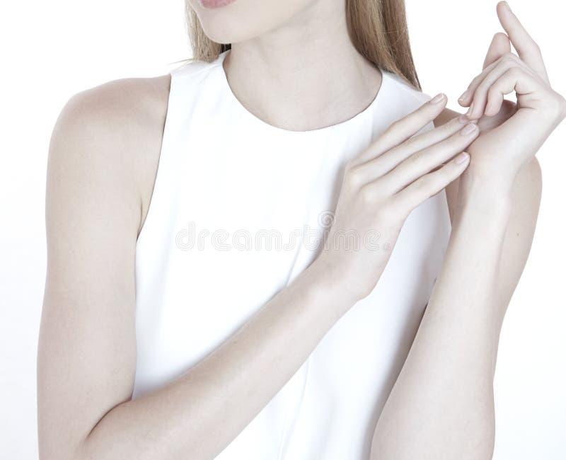 Mão modelo da pose da mulher para a natureza limpa da beleza da saúde da joia imagem de stock royalty free