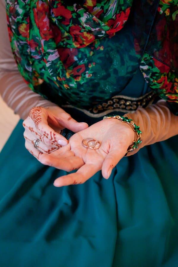 Mão muçulmana da noiva do casamento Bonito da noiva e original cinzelados hena fotografia de stock royalty free