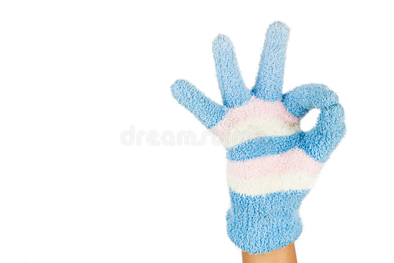Mão na APROVAÇÃO cor-de-rosa azul do gesto da luva do inverno contra o backgr branco foto de stock royalty free
