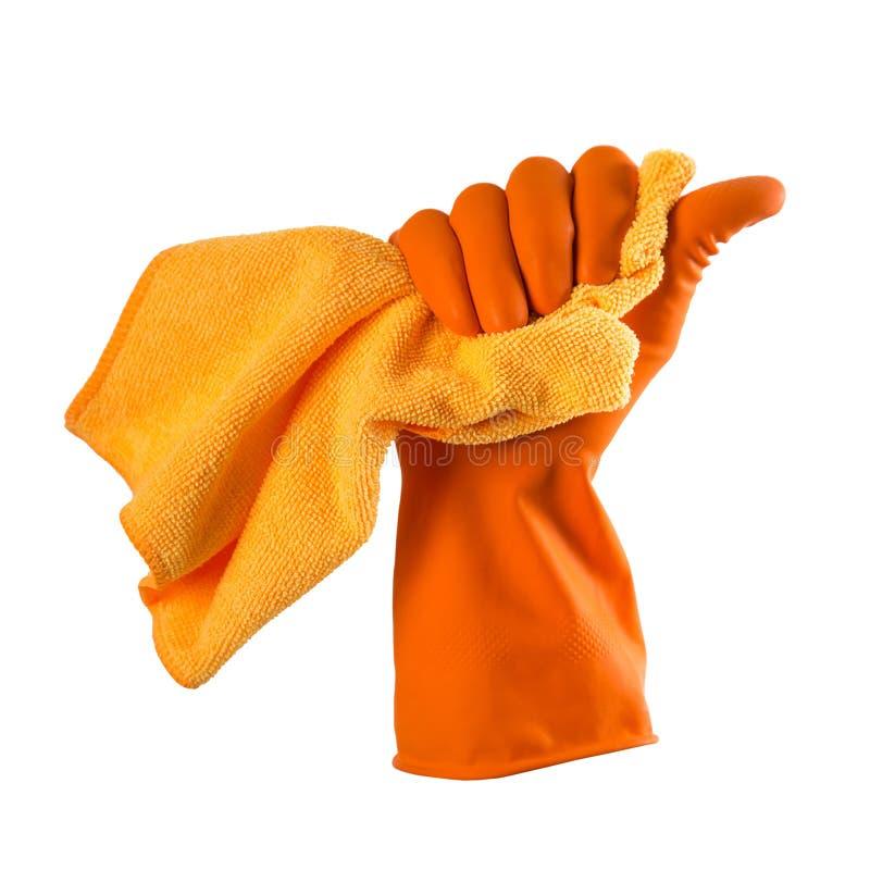 A mão na luva de borracha alaranjada guarda um pano alaranjado - abrigue a limpeza fotos de stock
