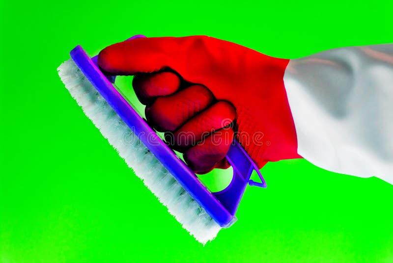 A mão na luva protetora de borracha guarda um pano do microfiber para limpar da casa e os hotéis, limpam a casa, cozinha, poeira, fotos de stock