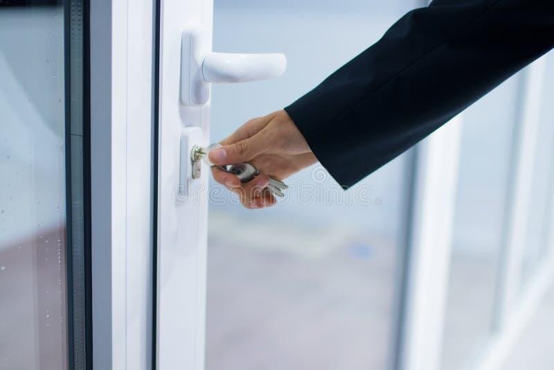 Mão na porta ou no acesso de entrada fotos de stock