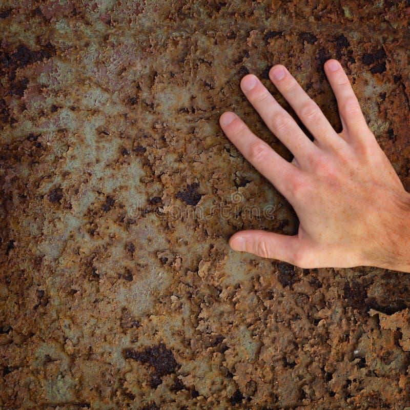 Mão na superfície de metal oxidada velha imagem de stock royalty free