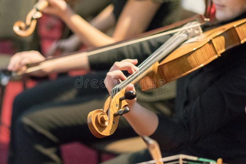 Mão nas cordas de um violino foto de stock