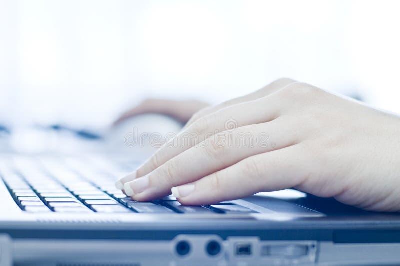 Mão no computador portátil imagens de stock royalty free