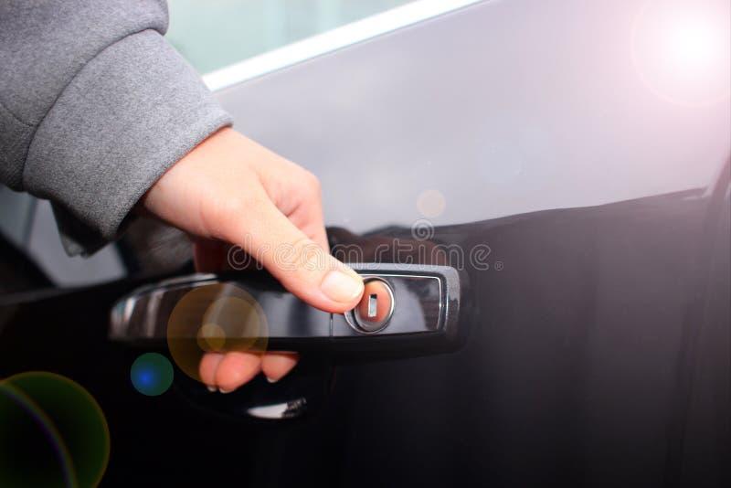 A mão no puxador da porta do carro, abre o carro fotografia de stock royalty free