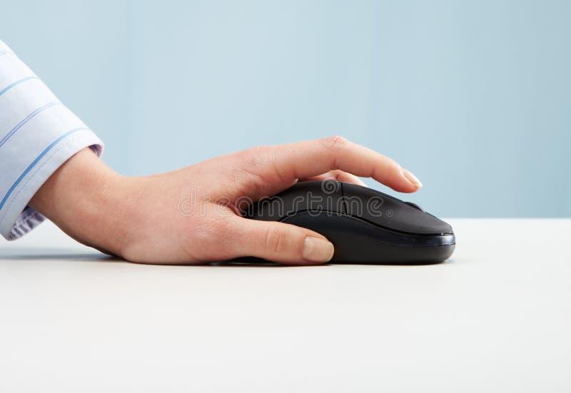 Mão no rato foto de stock