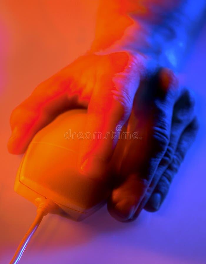 Mão no rato do computador imagem de stock royalty free