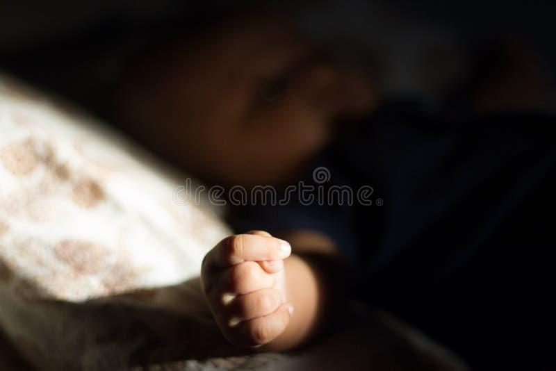 Mão nova do bebê preto e branco fotos de stock