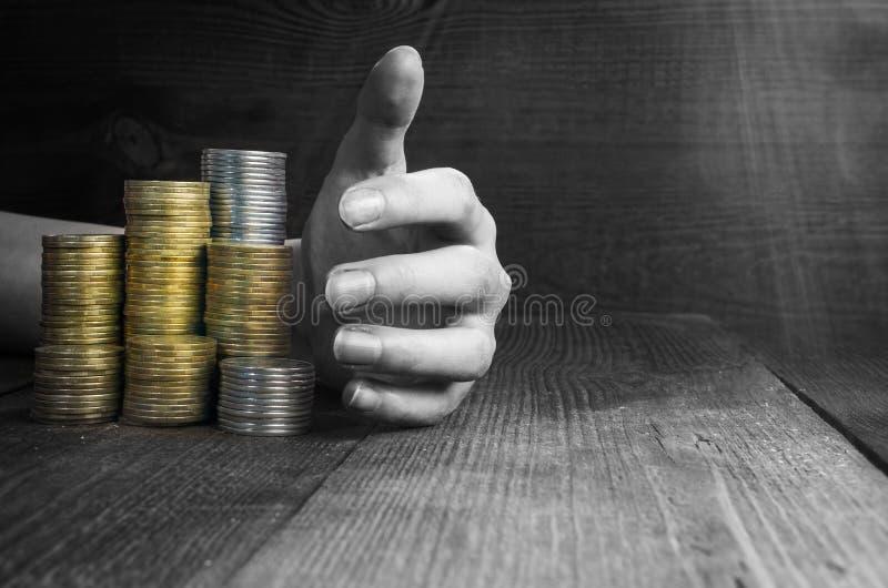 A mão pegara pilhas de dinheiro foto de stock