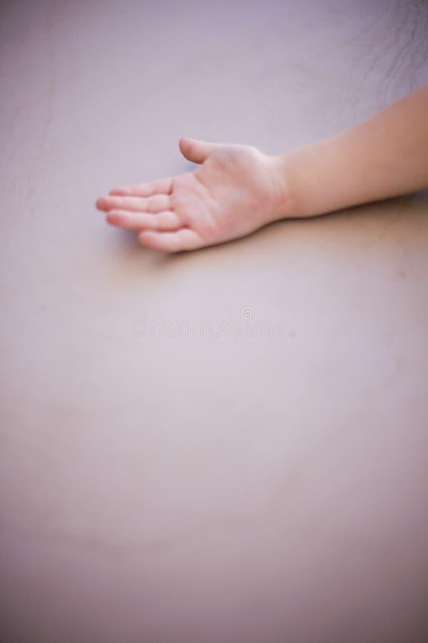 Mão pequena da criança fotografia de stock