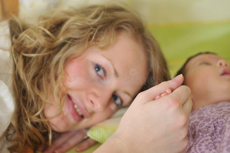 mão pequena das crianças da preensão nova da matriz foto de stock royalty free