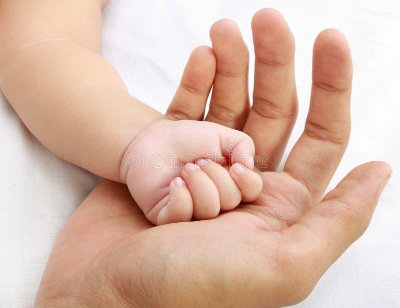 Mão pequena do bebê fotografia de stock