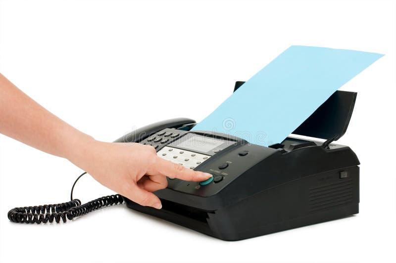 A mão pressiona a tecla do fax imagens de stock