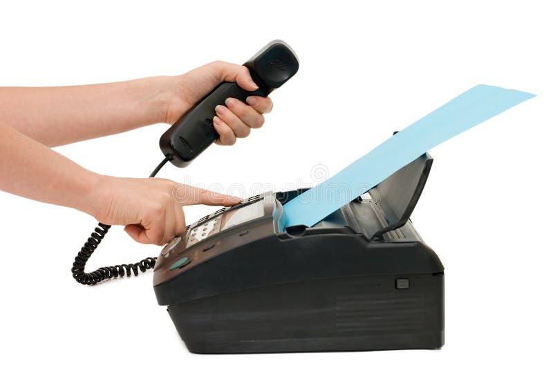 A mão pressiona a tecla do fax imagem de stock royalty free