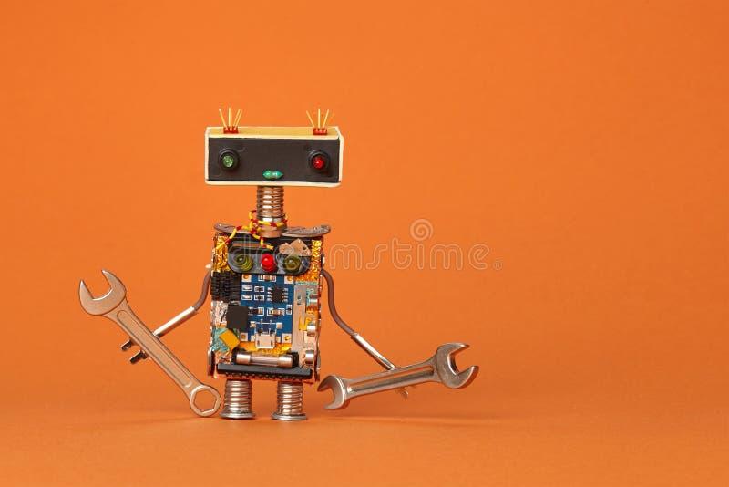 A mão puxa a opinião robótico do macro do recruta Caráter amável do trabalhador do reparo no fundo de papel alaranjado fotos de stock royalty free