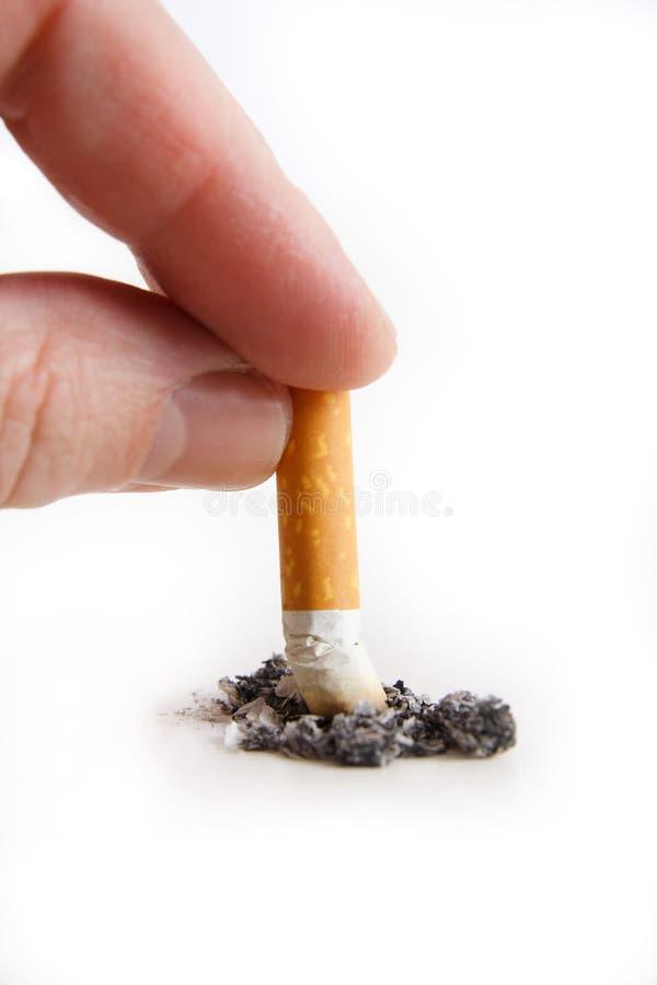 Mão que arranca para fora um cigarro imagem de stock