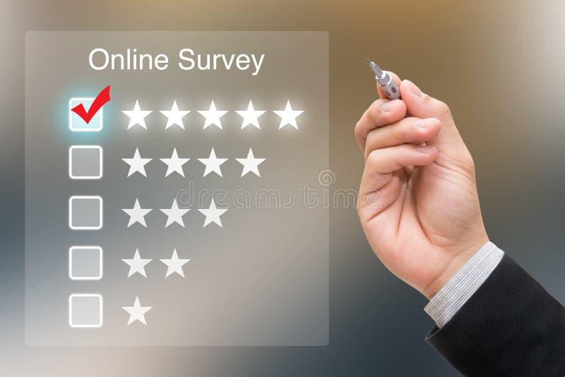 Mão que clica a avaliação em linha na tela virtual imagens de stock royalty free