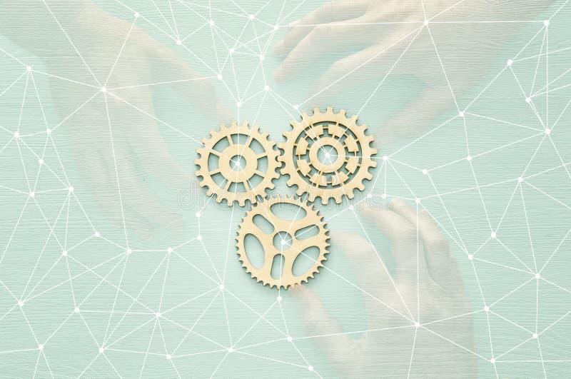 mão que coloca uma roda denteada no grupo de mecanismo de engrenagens ilustração stock