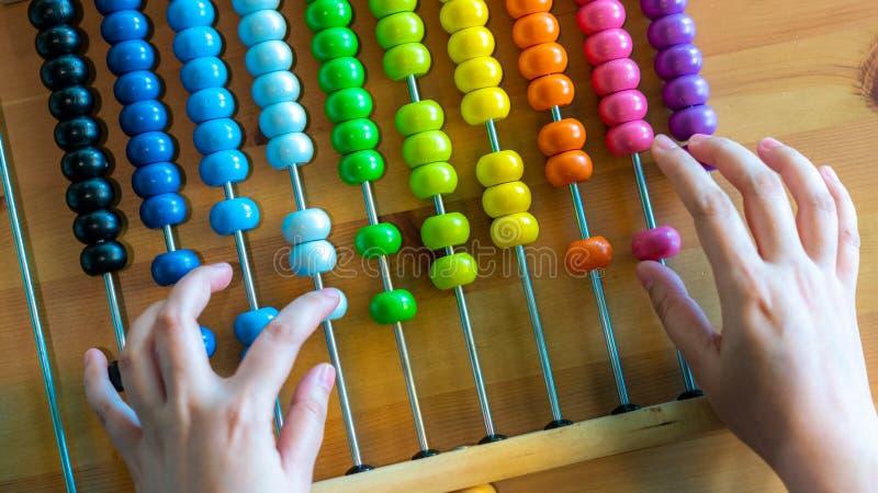 Mão que conta no ábaco colorido imagem de stock royalty free