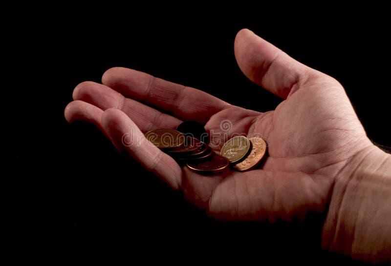 Mão que dá moedas de um centavo foto de stock