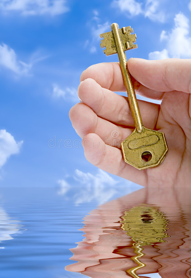 Mão que dá uma chave fotografia de stock royalty free