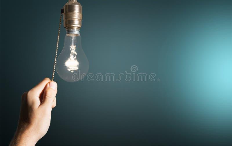 Mão que desliga a lâmpada do bulbo Desligar imagens de stock