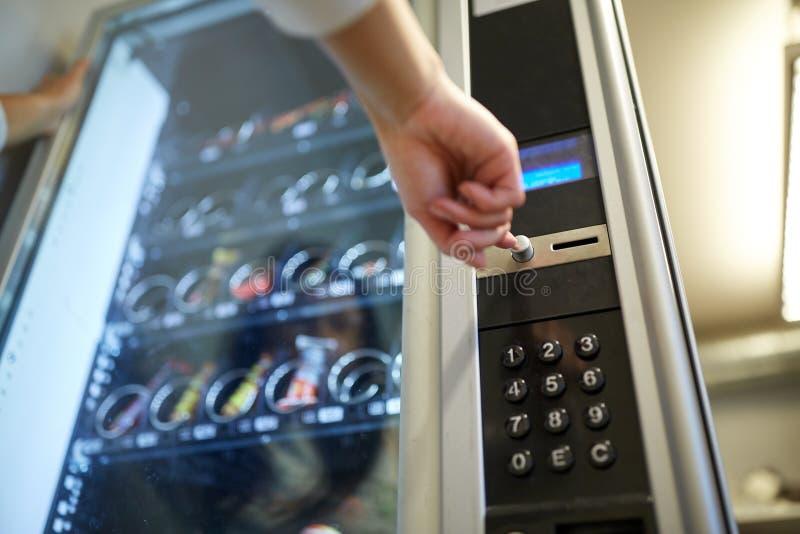 Mão que empurra o botão na máquina de venda automática imagem de stock royalty free