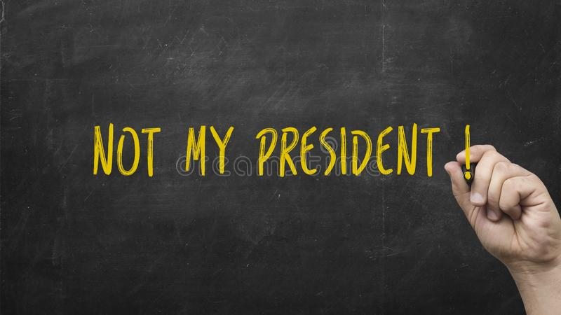 Mão que escreve não meu presidente Conceito político da eleição com o marcador amarelo no quadro-negro foto de stock