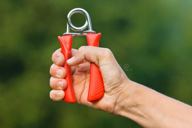 Mão que faz exercícios com aperto da mão fotos de stock