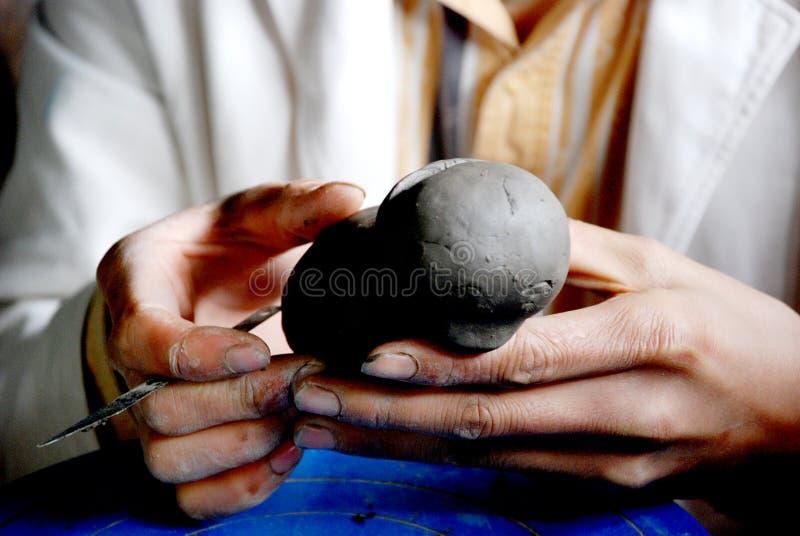 Mão que faz um figurine da argila fotografia de stock