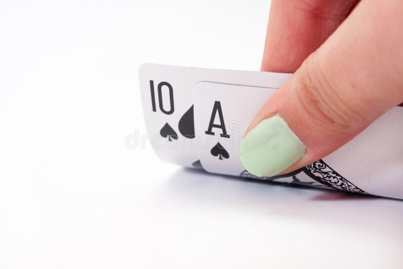 Mão que guarda cartões do jaque preto fotografia de stock royalty free