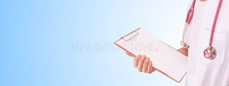Mão que guarda a carta de madeira fotografia de stock