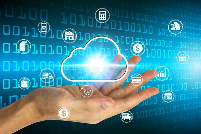 Mão que guarda com ícone de computação sobre a conexão de rede, tecnologia da nuvem virtual do negócio da proteção de dados da se foto de stock royalty free