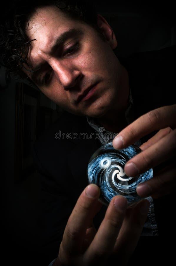 Mão que guarda Crystal Ball fotos de stock