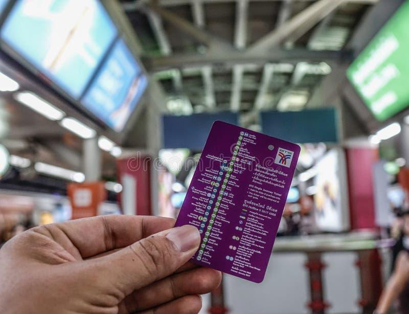Mão que guarda o bilhete de trem do BTS fotografia de stock royalty free