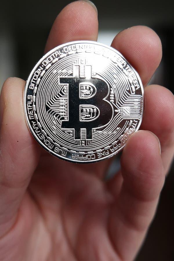 Mão que guarda o bitcoin fotografia de stock royalty free