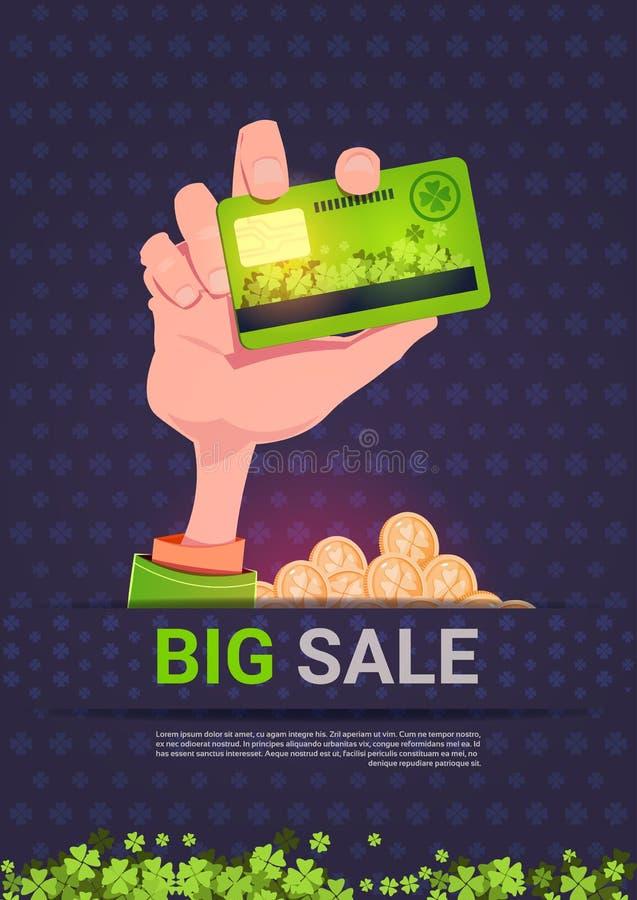 Mão que guarda o cartão de crédito sobre o fundo grande do St Patrick Day Holiday Poster Template da venda ilustração stock