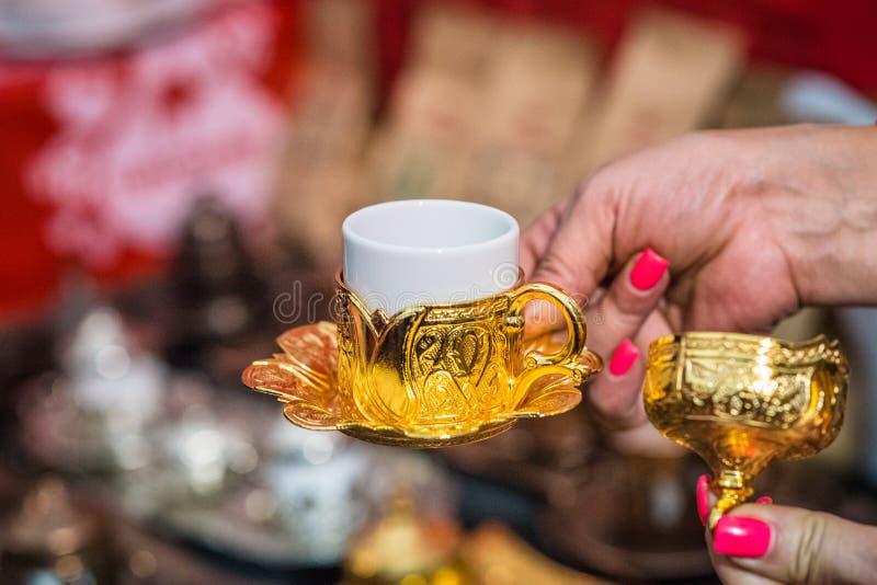 Mão que guarda o copo de café turco imagens de stock