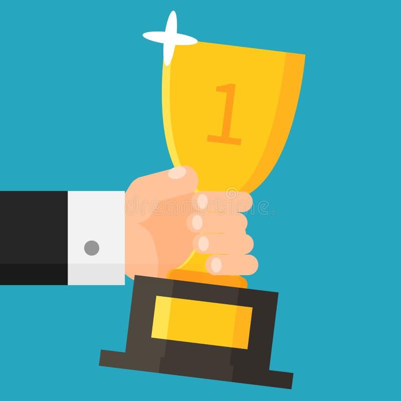 Mão que guarda o copo do ouro Homem de negócios com troféu concessão Primeiro lugar Estilo liso Ilustração do vetor fotos de stock royalty free