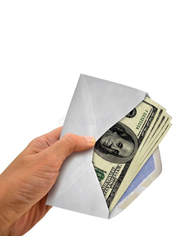 Mão que guarda o envelope com dinheiro fotografia de stock royalty free