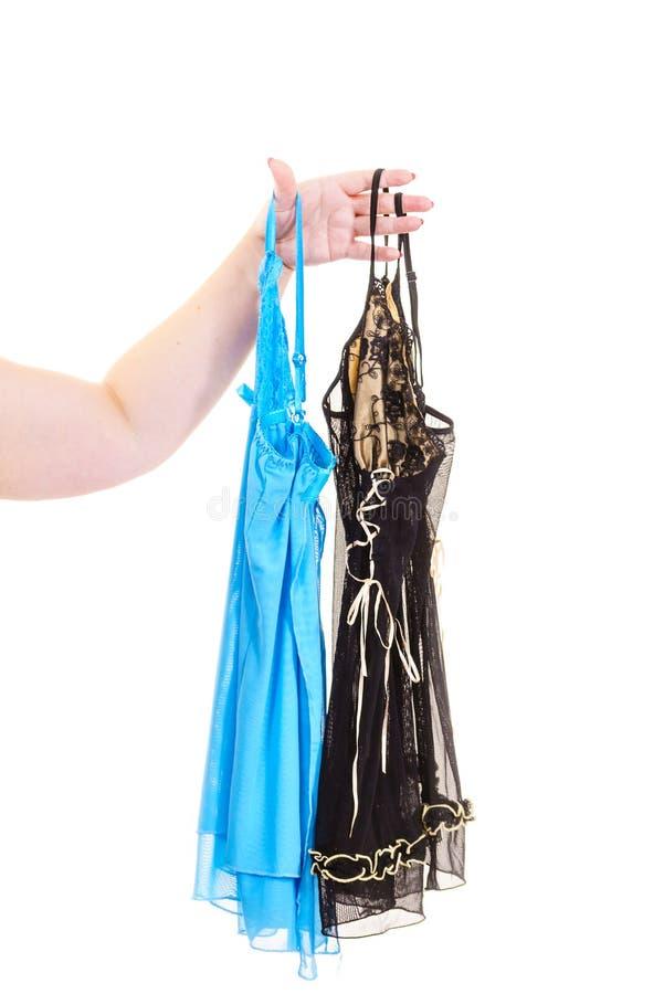 Mão que guarda o nightwear do cetim fotos de stock