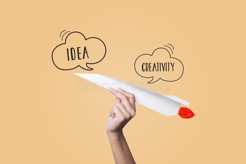 Mão que guarda o plano de papel ideia nova do conceito com inovação fotografia de stock