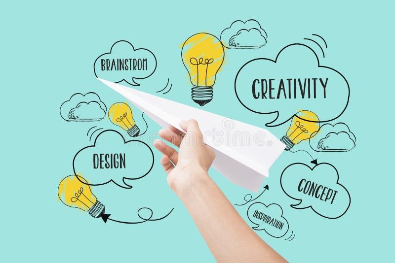 Mão que guarda o plano de papel ideia nova do conceito com inovação ilustração royalty free