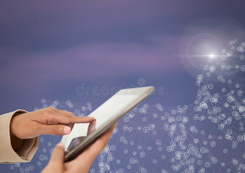 Mão que guarda a tabuleta com conectores fotos de stock