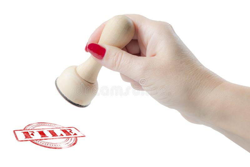 Mão que guarda um carimbo de borracha com o arquivo da palavra imagens de stock royalty free