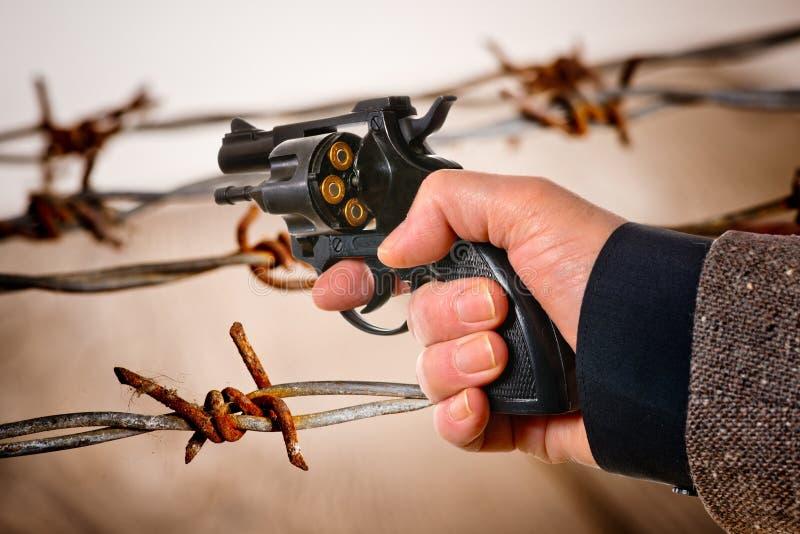 Mão que guarda um revólver carregado imagem de stock royalty free