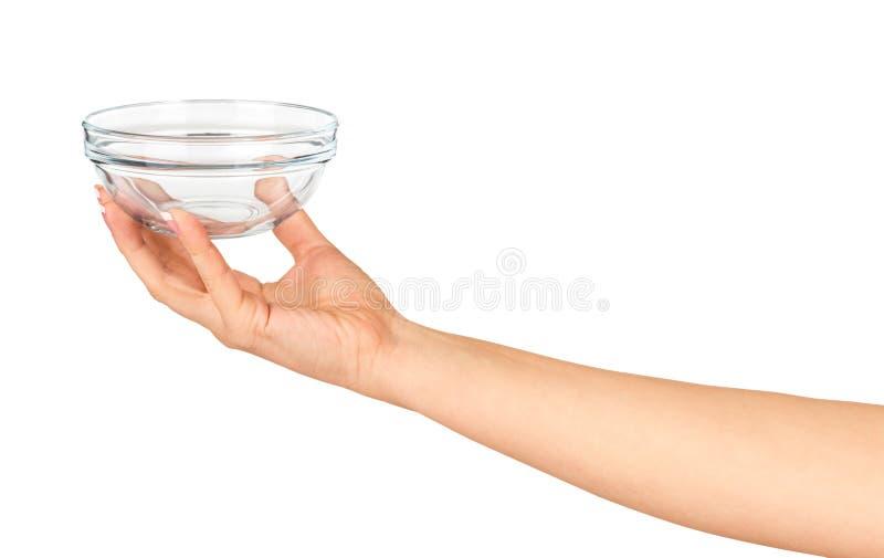 Mão que guarda uma bacia de salada de vidro vazia fotos de stock royalty free